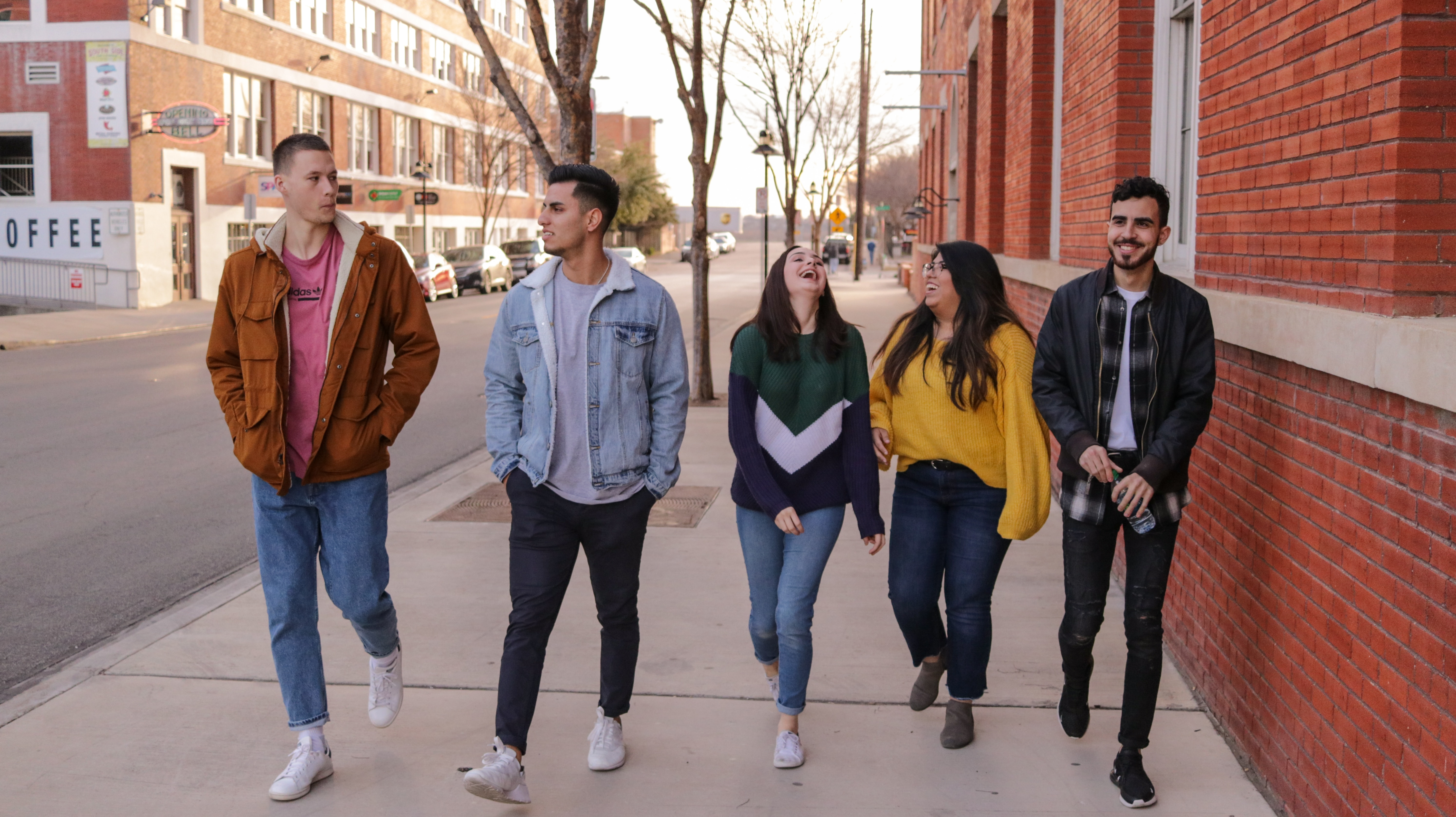 5 college students walking
